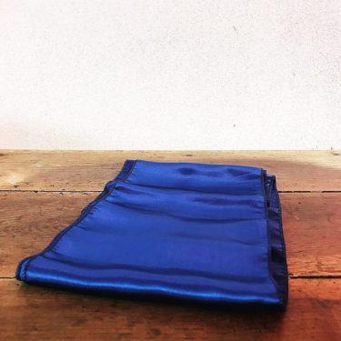 Nœud en satin bleu foncé