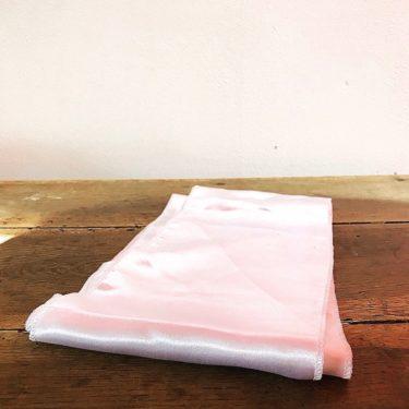 Nœud en satin rose pâle