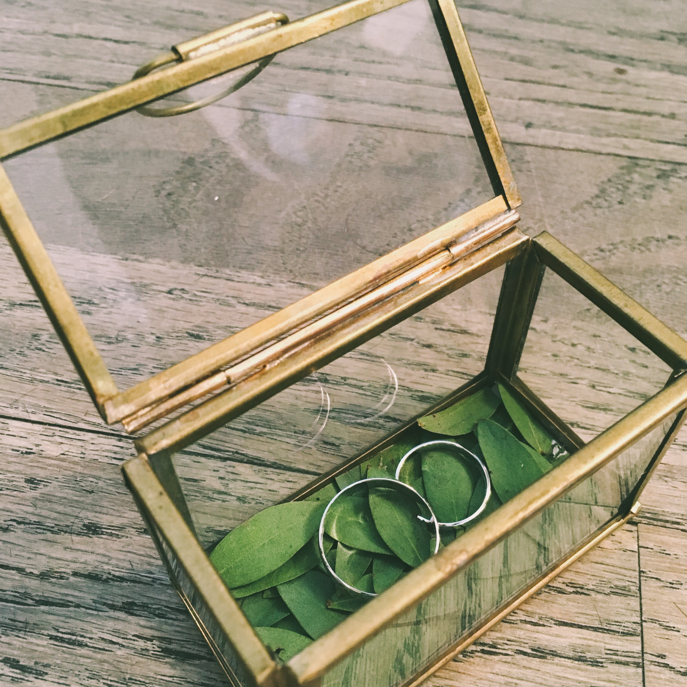 Boîte à alliances dorée